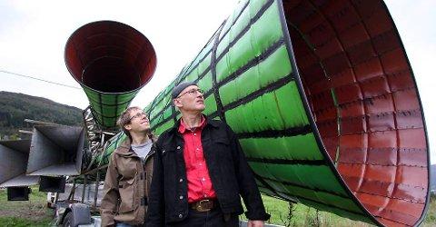 """Det 12 meter lange protesthornet """"Desibel"""" er ein av hovudattraksjonane under årets Vevringutstilling. Den er det kunstnarane Geir Hjetland (t.h.) og Bjørn Kolbrek m.fl. som har utforma. Maja Ratke står for komposisjonen av musikken."""