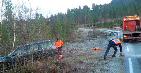 ENDA GODT: Sjølv om det bar rakt ut av vegbana for den uheldige bilisten, kom ho ikkje til skade. Viking Stårheim kom raskt til og fekk berga bilen.