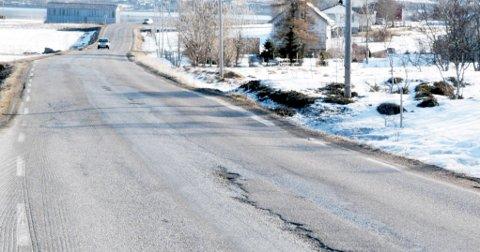 Det er mange sår, djupe spor og humper i veien mellom Sortlandsbrua og Risøyhamn. Her en bit av veien i Kringelen like nord for Sortland.