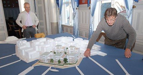 Prosjektleder Philip Stephansen og arkitekt Petter Bogen ved modellen av Holmenprosjektet.