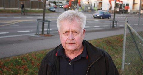 HER BLE HAN FUNNET: Pål Suphammer står der hans onkel ble funnet liggende livløs, liggende på magen. I bakgrunnen ses det som er igjen av Verkstedalleen.