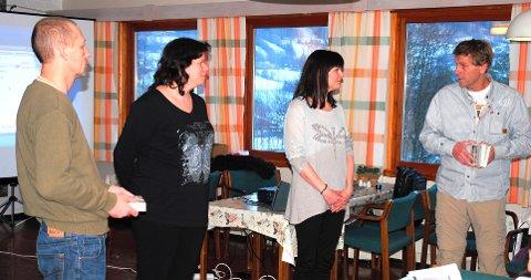 Bildetekst: Stein Harald Os (til venstre) og Harald Henschien (til høyre) fra Stabburshella overrakte refleksjonsverktøyet til Gry Caroline Aarnes og Christine Næss Evensen fra Kommunesektorens organisasjon (KS),.