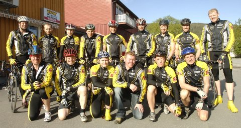 LANDEVEI: Aldri har så mange MOC-syklister trent langs veiene på Helgeland. Leder av klubben Jens Berget (bakerst t.h.).