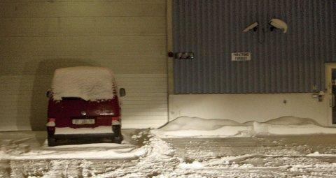 NY REKORD: Her, utenfor denne lagerbygning i Lørenskog, fant tollvesenet rundt 350 kilo hasj gjemt i en bil. Seks personer er siktet i saken. Samtlige ble varetektsfengslet i går.  Foto: Alexander Gjermundshaug
