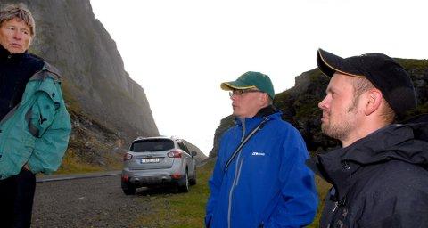 Mats Jonas Pavall (nærmest) og Arne Håkon Tomassen fikk høre en del skrømt og skrekkelige historier fra virkeligheten i det tidlligere samiske området, fortalt av Inge Johansen (t.v.).