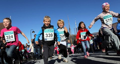 FULL FART: GDF Suez barneløp opna Floramila-arrangementet  med løp gjennom sentrum. Foto: Dag Nesbø Frøyen