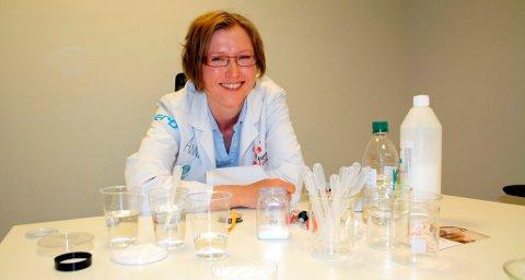 Anne Korpelin er fabrikkprofessor i Forskerfabrikken Grenland. Hun elsker å få unger til å skjønne at naturfag, kjemi og fysikk er gøy. - Unger må ikke undervurderes. Kjemi og fysikk kan være en like fin fritidsinteresse som kulturskole og idrett.