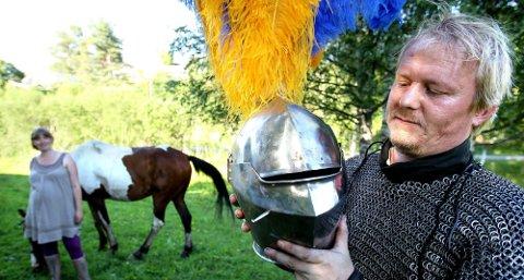 SMALE UTSIKTER: En sprekk på litt over en centimeter sørger for utsyn fra hjelmen.