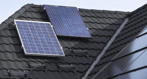 DYRT: Thor Christian Tuv har brukt cirka 300.000 kroner på solcelleanlegget, men kunne gjøre det fordi han jobber med solcelleenergi.  ? Det er mye billigere i våre naboland fordi de har støtteordninger for solceller, sier han.