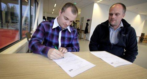 SINGERER: Martin Scott Hagen kommer fra Ringerike ishockey, og har nå signert med Knights - her ved styreleder Stian Ellingsen.