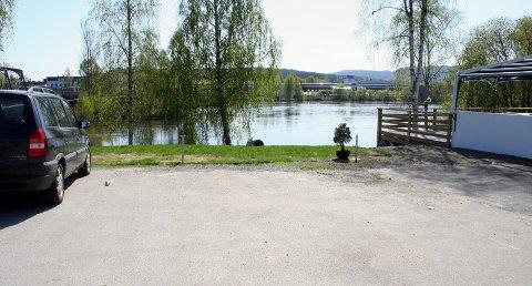 Fra denne parkeringsplassen utenfor 5 Brødre på Skarnes forsvant bilen rett ut i elva.