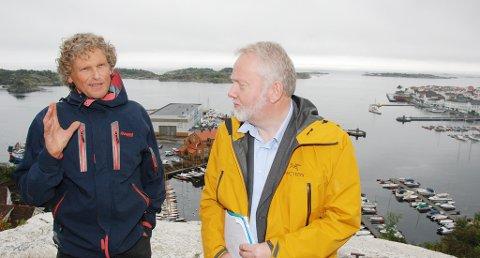 Ordfører Knut Henning Thygesen (t.v), her sammen med riksantikvar Jørn Holme, håper politikerne i Risør  går inn for å få lagt det planlagte bygningsvernsenteret til Risør.