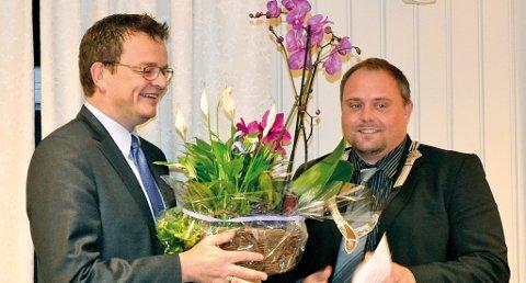 Rune Hagestrand (til venstre) fikk en sollid blomstergave av Kjell Trygve Grunnsvoll.