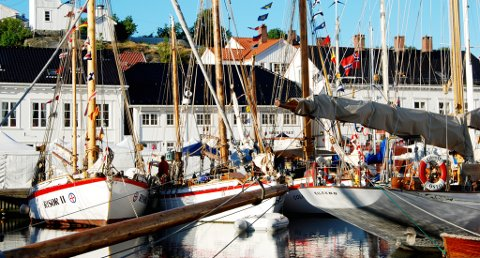 Det er vakkert når kombinasjonen trebåter, hvite hus og godt vær slår til for fullt i Risør i august.