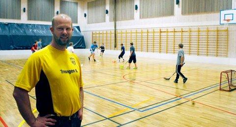FLOTT HALL: Idrettsleder Helge Reinholt og Treungen IL har grunn til å være stolte av en flott hall i flerbrukshuset. Her er det aktivitet nærmest fra morgen til kveld.
