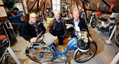MED STOR M: Thorbjørn Bråthen (til venstre), Kjell Berg og Terje Berg driver ikke bare forretning sammen, men hersker over en sjelden samling kulturhistorie. Her med en Tempo Lett, selve den norske urmopeden.