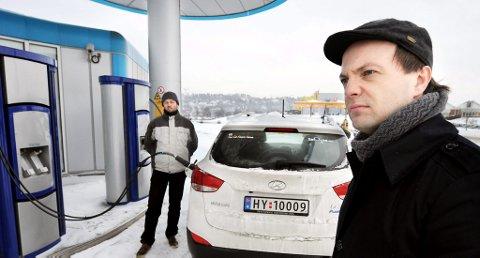REDDET: Einar Håndlykken i miljøorganisasjonen Zero besøkte hydrogenstasjonen på Herøya med det ypperste av ny hydrogenbilteknologi tidligere i år, og etterlyste tidlig at nye aktører måtte komme på banen.