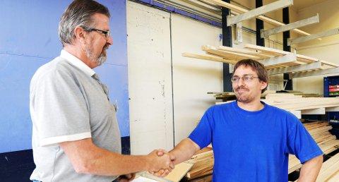 - GRATULERER: Byggmester og sensor Leif Ingar Liane (til venstre) gratulerer Ruben Nilsen med bestått svenneprøve som tømrer. ? Det her er noe mer enn et fagbrev, svenneprøven er mer «gullkantet», forklarer Liane.
