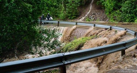 STOPPET: Flere måtte snu da de ble stoppet av den voldsomme vannmengden som fosset tvers over Luksefjellveien.