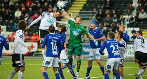 MÅLLØS AV BANEN: Frode Johnsen går i duell med Molde-keeper Espen Bugge Pettersen under 0-0-kampen mellom Odd Grenland og Molde søndag kveld. Kampen endte uten scoringer.