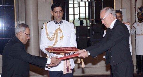HØYTIDELIG: I en høytidelig seremoni i presidentpalasset i New Delhi i dag, overleverte den nye ambassadøren sine akkreditiver til Indias president Pranab Mukherjee.