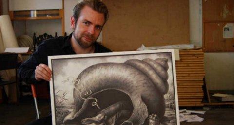 INSPIRERT: Sverre Malling har latt seg påvirke av Louis Moe. ? Men jeg vil tilføye noe interessant, sier han. Her viser han frem en av sine egne tegninger i atelieret sitt.