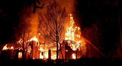 BRANT NED: Slik så det ut da Østre Porsgrunn kirke brant ned til grunnen etter å ha blitt påtent i april 2011.