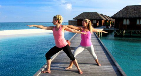 MALDIVENE: Tremenningane Gro Unni Kåsin og Gry Anine Strøm frå Sauherad tek yogaposisjonen «krigaren» på Samadhi yoga, meditasjon og velvere på Maldivene i oktober i år.