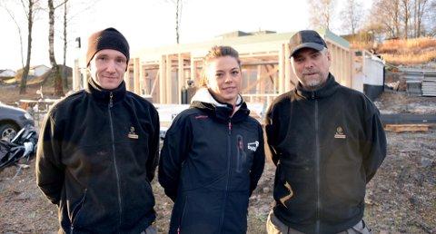 GODE MULIGHETER: ? Det er gode jobbmuligheter og ledige læreplasser i byggfagene, sier Kine Fragell ved Opplæringskontoret for byggfagene. Her sammen med Peter Aarup og Per Ivar Aslaksen i Telemarkhus AS.