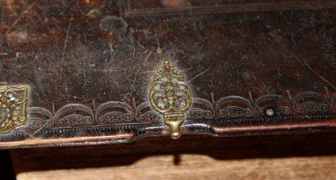 INNBUNDET: Fredrik IIs bibel er innbundet i skinn som er pyntet med gravering og gylne detaljer. Utgaven er trykket av Matz Wingart.
