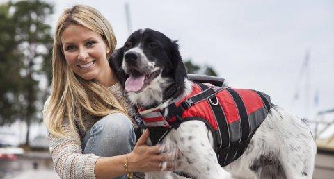 Flytevesten til hunden bær være behagelig å bære, ha solid håndtak på ryggen og støtte for halsen, påpeker dyrerådgiver Martine Fossem Nygaard i forsikringsselskapet If. Fuglehunden Jesper har på seg en flytevest som oppfyller alt dette.