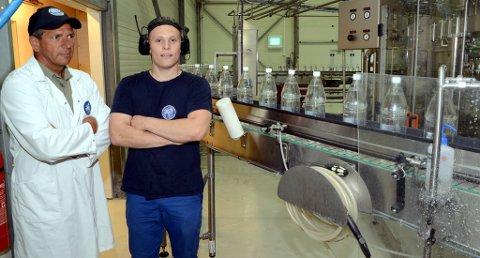 FOR FULLT: Ron Teunissen, stedfortreder for daglig leder og rapportansvarlig Stian Aasbak kan fortelle om topp produksjon ved Telemark kildevann.