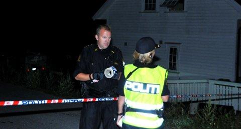 SPERRER AV: Politiet setter opp den første sperringen i Siljan. Bildet er tatt like i nærheten av der bomben skal være funnet. Huset i bakgrunnen er ikke den aktuelle boligen.