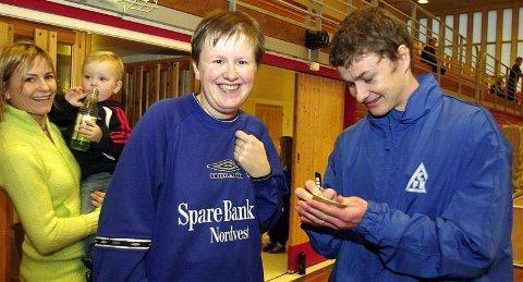 Autografer blir det på en slik dag. Rita Tverrli Tjelde fra Stjernelaget foll Solskjærs navnetrekk.