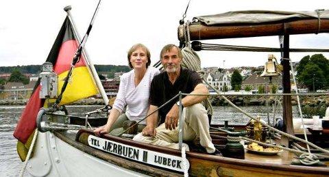 """Til Larvik: Aud Steier Griem og ektemannen Uwe Griem har seilt helt fra Lübeck for at Colin Archers """"Nana"""" skulle få se sin hjemby igjen."""