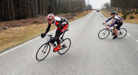 BRUDD: Tom Roar Knutli (bak) og Roar Westvoll i brudd ved Tjøtta under Syv Søstre-rittet tidlig i vår.