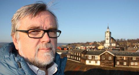 SIER OPP: Rådmann Jon Ola Kroken har sagt opp jobben i Røros kommune. ? Jeg benytter meg av muligheten til å bli pensjonist når jeg fyller 62 år i mai. Mer vidløftig er det ikke, sier Krokebn. (Arkivfoto: Tor Enget)