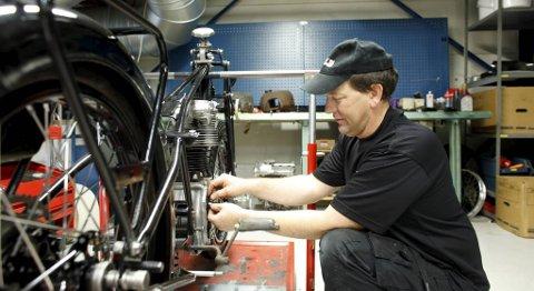 Arvid Håland har lagt ned mange timer på verkstedet med 1939-modellen.