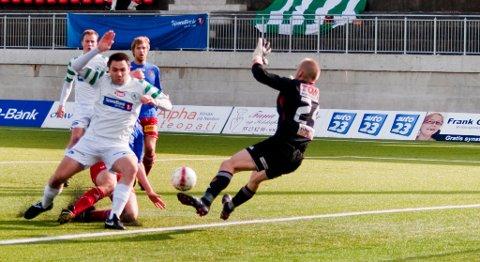 Sindre Marøy svir en av Løv Hams mange sjanser i kampen mot Strømmen.