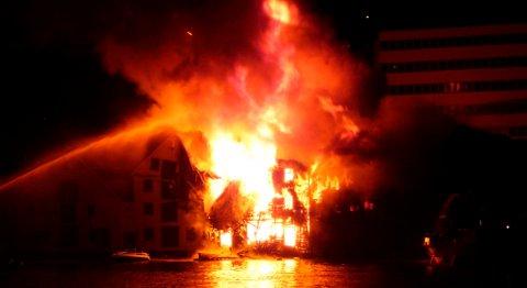 En italiensk student og sesongarbeider på Torget i Bergen må møte i retten etter storbrannen i Skuteviken i september 2008. Påtalemyndigheten mener han sovnet fra en pizza i ovnen.