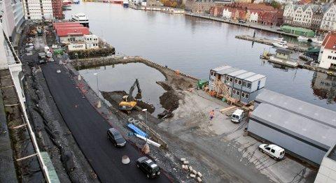På Strandkaien blir brostein byttet ut med asfalt.