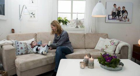 Anne-Birthe Nyhammer, her med minstemann Erlend (4 mnd) er interiørkonsulent, lærer og firebarnsmor.