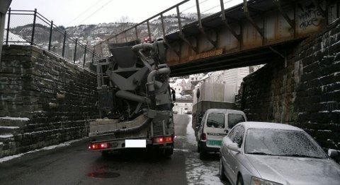 Betongbilen passet ikke under jernbanebroen i Møllendalsveien.