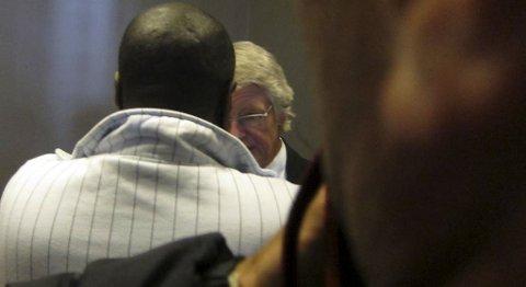 45-åringen konfererer med advokaten sin, Harald Stabell, i Bergen tingrett (05.05.2011).