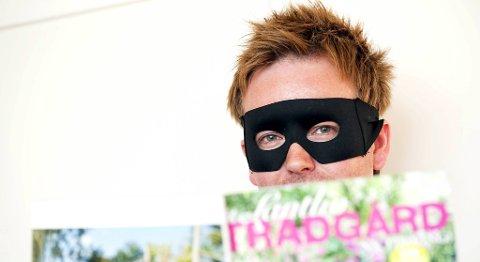 Blomsterstjernen velger å skjule seg bak masken fordi han synes det er litt flaut å være en 35 år gammel mann som er så interessert i hage og interiør at han til og med blogger om det. ?Men jeg tror alle menn egentlig har den interessen i seg om de bare åpner opp for det, sier han.
