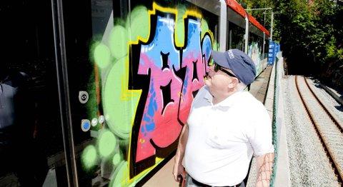 Thomas Potter, teknisk sjef i Bybanen AS, foran en av vognene som ble tagget i pinsen (13.06.2011).