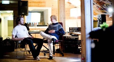 STUDIOTID: Eirik Nordstrand (til venstre) og Njål Paulsberg dannet forløperen til det som i dag er Put your hands up for Neo-Tokyo med et instrumentalt elektroprosjekt. PYHUFNT på sin side er en kvintett.