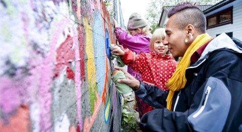 I Midtunhaugen barnehage får graffitikunstner Gerson Caroso fra Brasil vise de små kunstnerne Anne (4) og Julia (5) sin uttrykksform