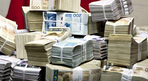 På dette bildet er det «bare» 13,5 millioner norske kroner. Gevinsten i England i går, tilsvarer denne haugen med penger 103 ganger.