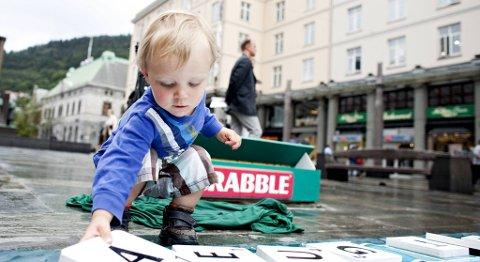 Zakhar Minakov (snart 2) prøver seg på scrabble under Bergen Spillfestival på Torgallmenningen.